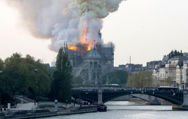 巴黎聖母院發生嚴重火災,尖塔被大火所包圍。(歐新社)