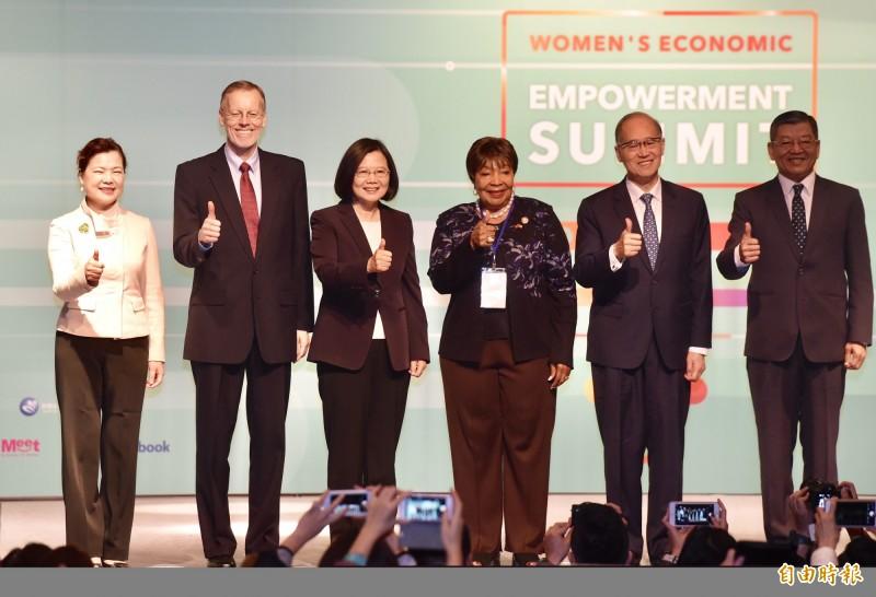 外交部、經濟部中小企業處暨美國在台協會16日共同舉辦「女力經濟賦權高峰會」,AIT處長酈英傑(左2)、總統蔡英文(左3)、眾議員強森(左4)等出席開幕儀式。(記者黃耀徵攝)