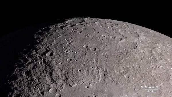 由於大氣層極度稀薄,月球表面常受到隕石撞擊。(月球表面示意圖,擷取自NASA)