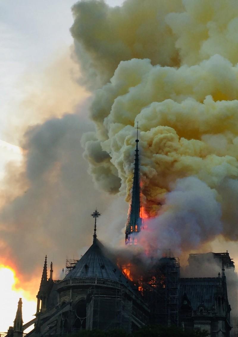 有850年歷史的法國巴黎聖母院15日遭遇大火,整棟建築陷入火海之中,包含尖塔及斜頂部分被烈焰所吞噬。(法新社)