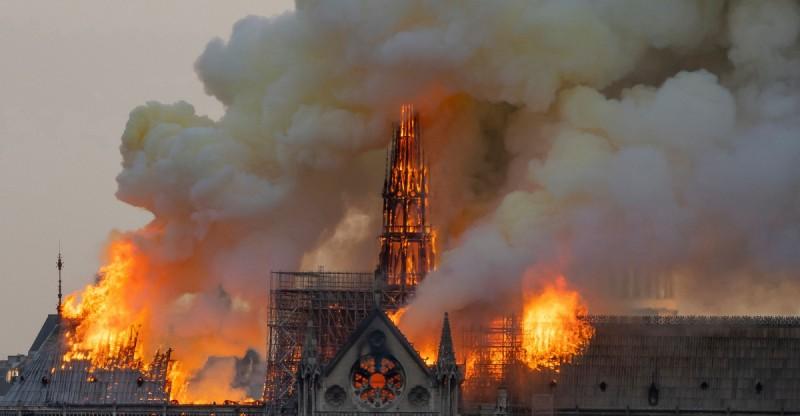 法國巴黎聖母院大火,竟有中國網民看戲叫好。(法新社)