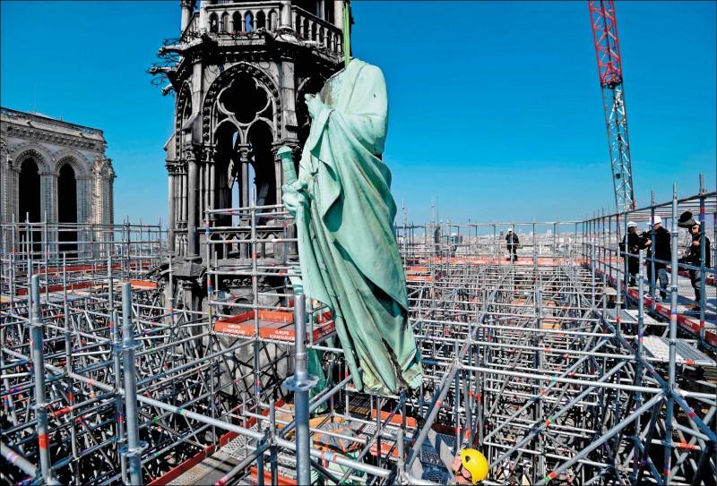 有官員指稱失火與當時正在進行的尖塔翻修工程有關。(法新社檔案照)