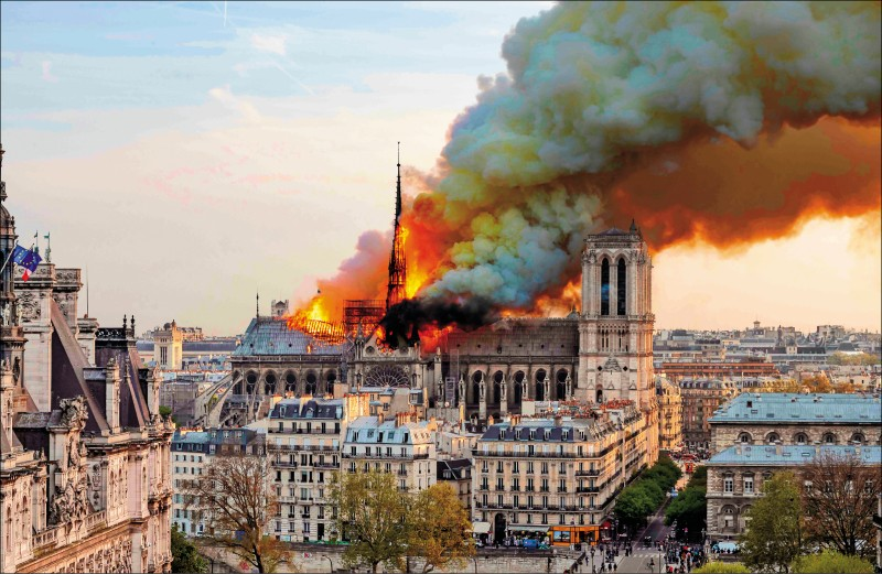 巴黎聖母院15日晚間發生大火,建於13世紀的橡木屋頂有三分之二被焚毀,屋頂尖塔也遭烈焰吞噬、倒塌。(法新社)
