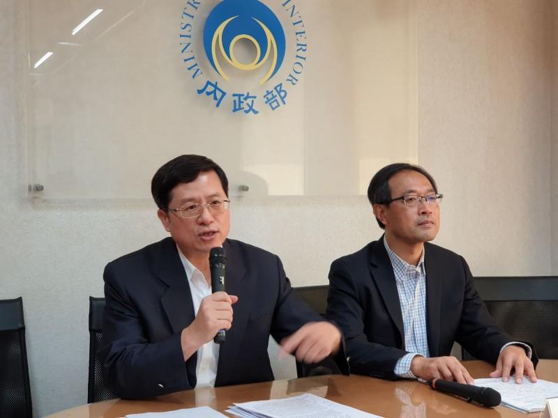 內政部今召開記者會,地政司副司長王成機(左)說明「土地開發資訊系統」內容。(內政部提供,記者謝君臨翻攝)