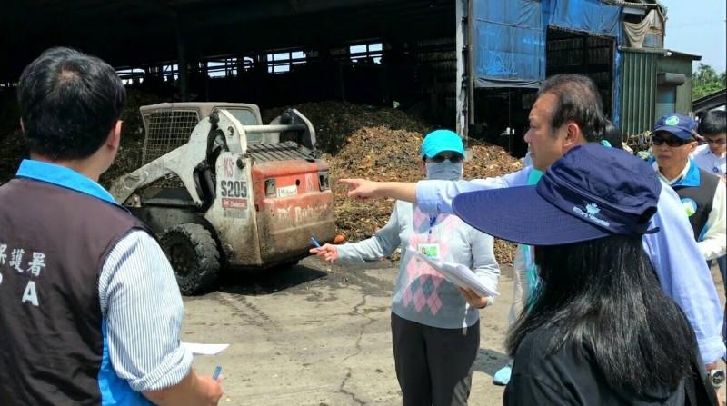 立委蘇震清接獲民眾陳情,邀相關單位會勘堆肥場。(蘇震清服務處提供)
