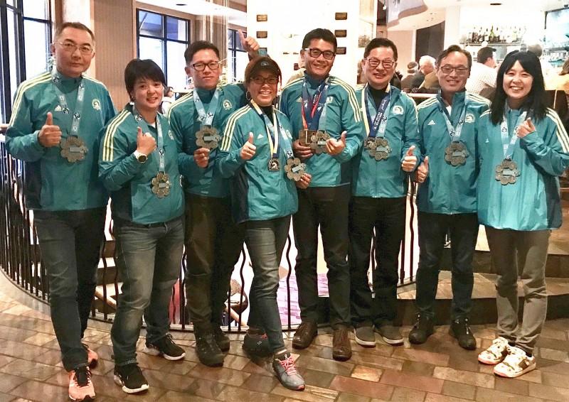 波士頓馬拉松完賽 台灣團8名跑者喜獲「六環」獎牌