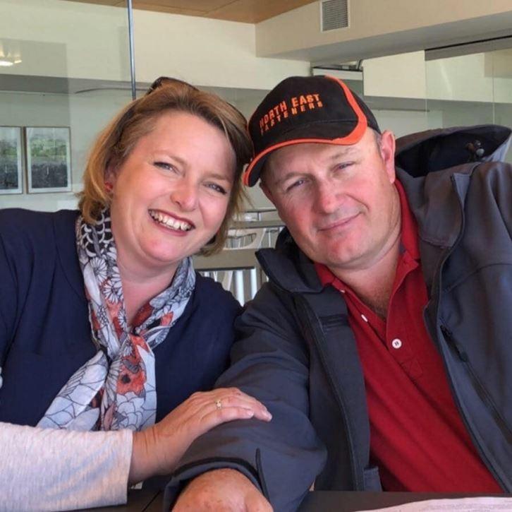 澳洲維多利亞省一名47歲的飼主(右)與妻子(左)在前往餵食豢養的公鹿時,突然遭公鹿猛烈攻擊,飼主當場死亡,其妻子重傷命危,以直升機緊急送往鄰近醫院。(圖翻攝自臉書)
