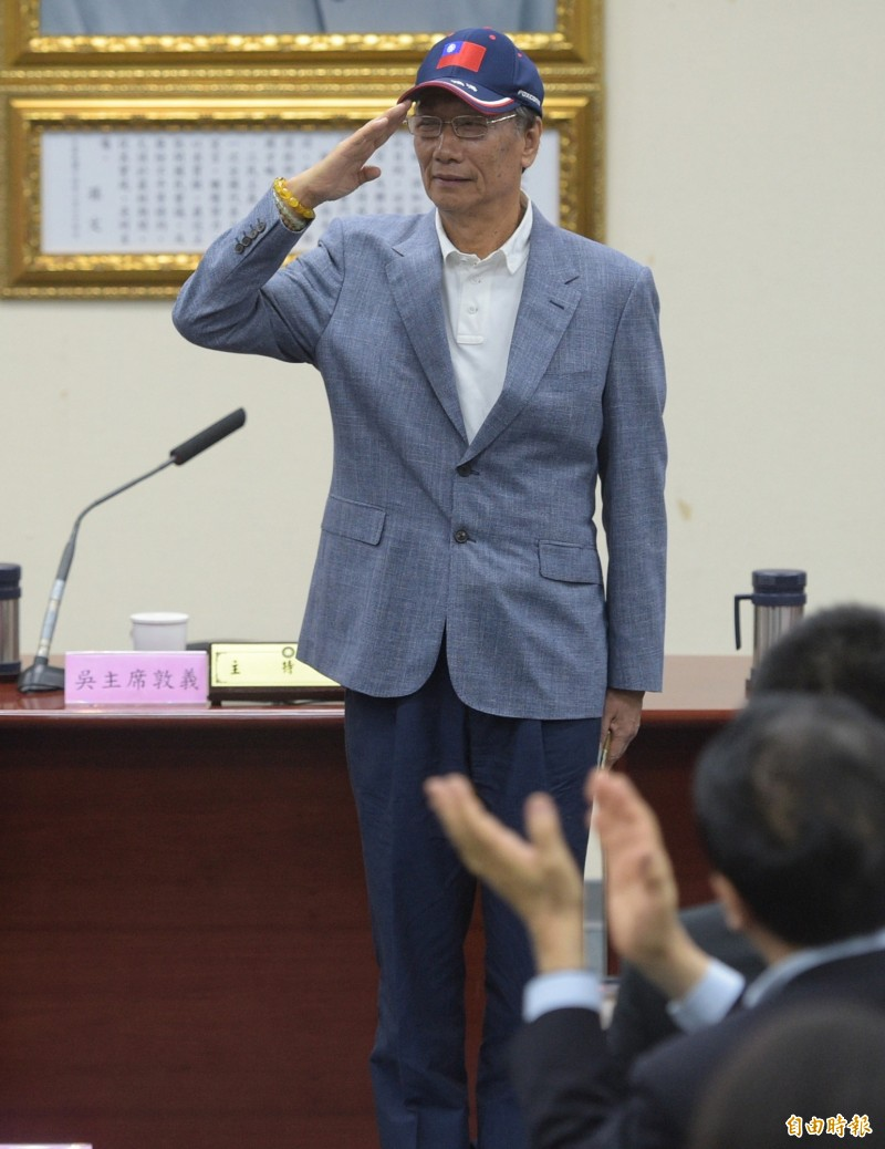 鴻海集團董事長郭台銘今日表示「媽祖叫我出來」,透露參選總統的意向,對此「通靈少女」劉柏君回嗆,「老娘想當棒球裁判就成為棒球裁判了」。(記者張嘉明攝)