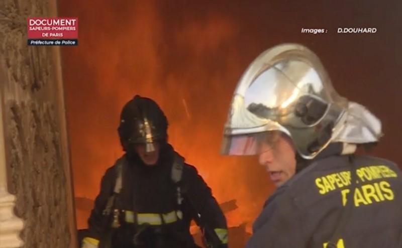 法國巴黎聖母院於15日下午發生大火,當局出動400名消防員全力搶救,耗時8小時才控制住火勢。(美聯社)