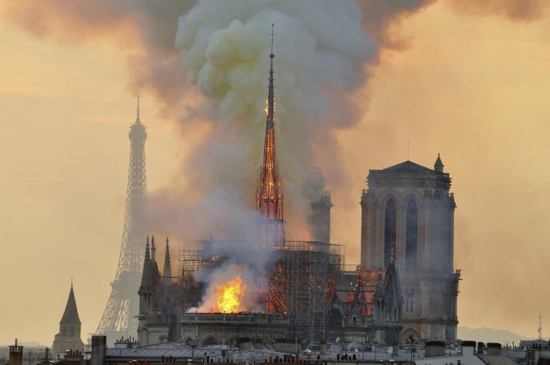 聖母院人員在警報器響起23分鐘後,才發現教堂頂部起火,此時火勢已一發不可收拾。(美聯社)