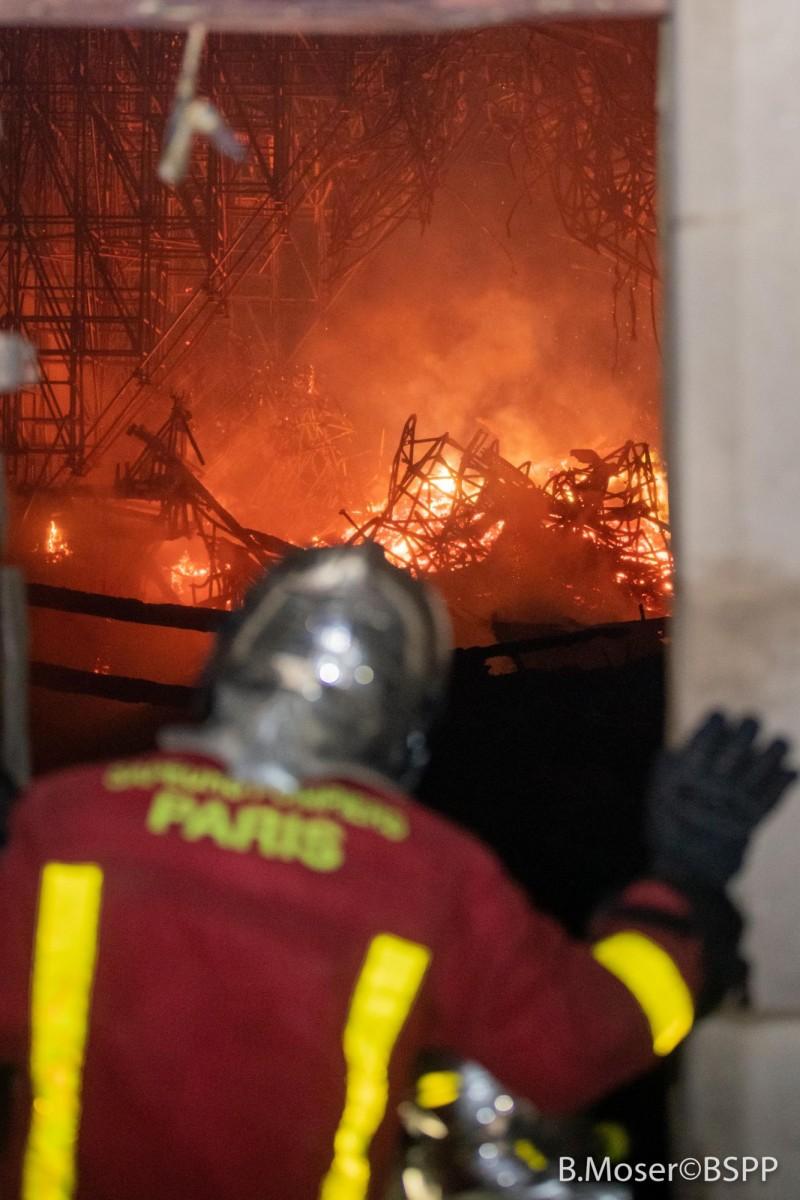 400名消防員全力搶救,耗時8小時才控制住火勢,歷時15小時才完全撲滅。(歐新社)