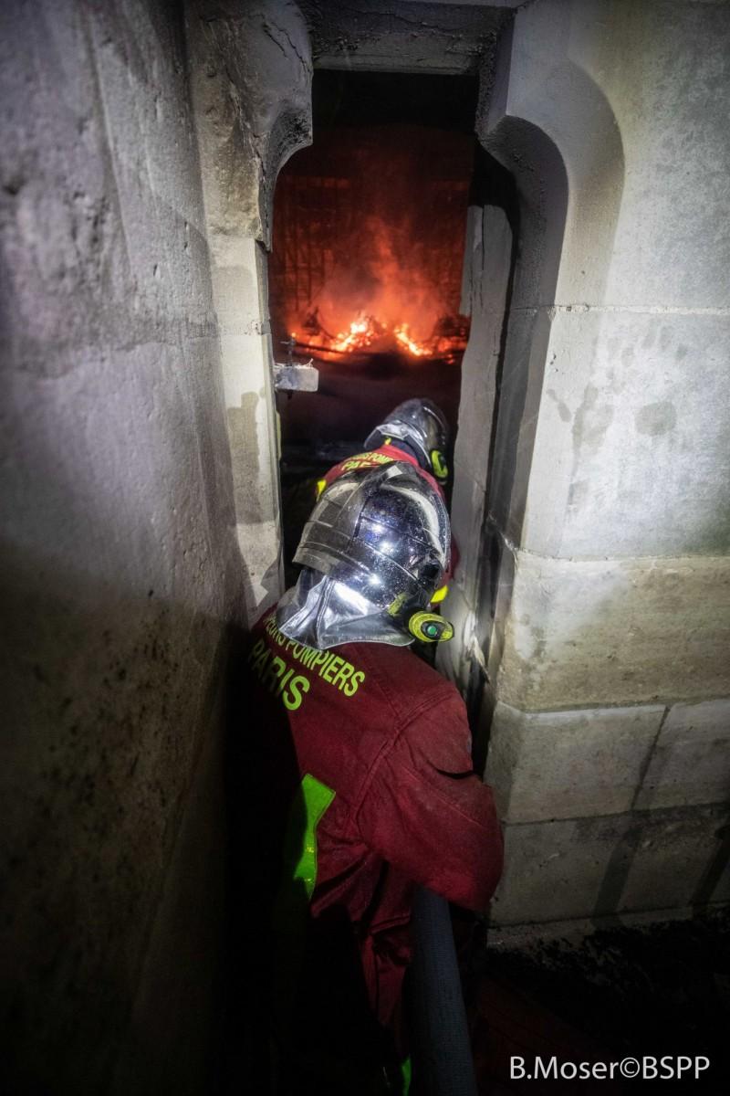 聖母院天花板上是由數千根橡木橫梁組成,加上石磚外牆讓消防員不易灌救。(歐新社)