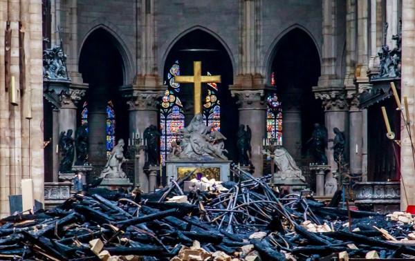 被聯合國列為世界文化遺產的巴黎聖母院,15日晚間發生大火,建於13世紀的橡木屋頂有3分之2被焚毀,屋頂尖塔也遭烈焰吞噬、倒塌。(路透)