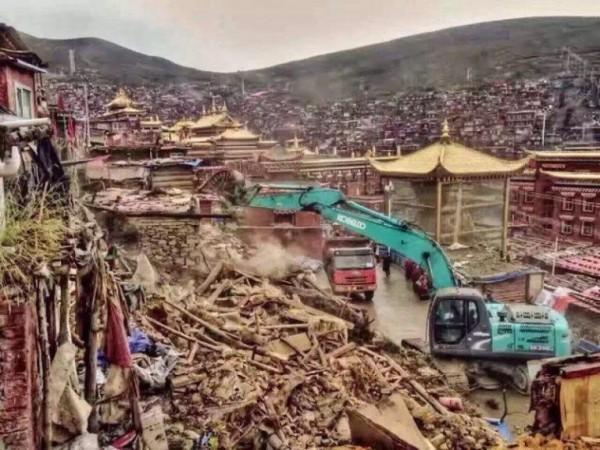 中國近年大幅提高打壓宗教力道,強拆佛教寺廟,僧侶也遭驅逐,落得無家可歸,甚至走上尋短一途。圖為世界最大佛學院、中國四川甘孜藏族自治州色達縣的喇榮五明佛學院,遭北京當局強拆僧舍。(圖擷自《西藏之聲》)