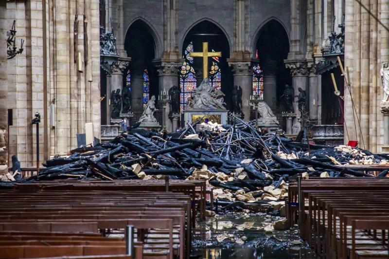 法國巴黎聖母院於當地時間15日傍晚發生重大火警,內部被燒得滿目瘡痍。(美聯社)