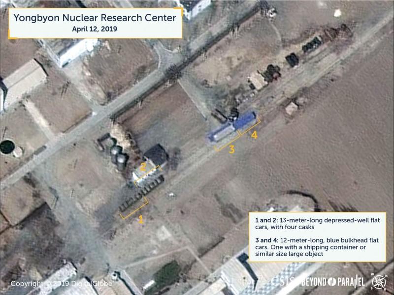根據美國智庫戰略暨國際研究中心於週二公布的最新報告顯示,北韓位於寧邊的核燃料設施被衛星拍下,鈾濃縮建築和放射化學實驗室外出現5量特製的軌道車車廂。(圖擷自CSIS網站)