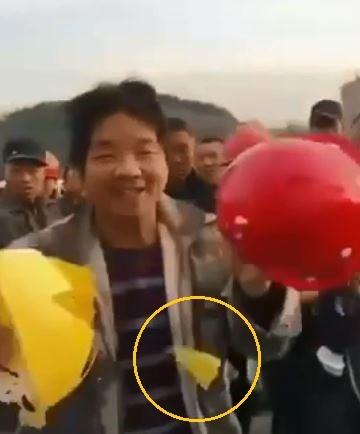 中國網路上流傳一段「一線工人安全帽」影片,一線工人的安全帽竟一撞就碎。(圖擷自Youtube)