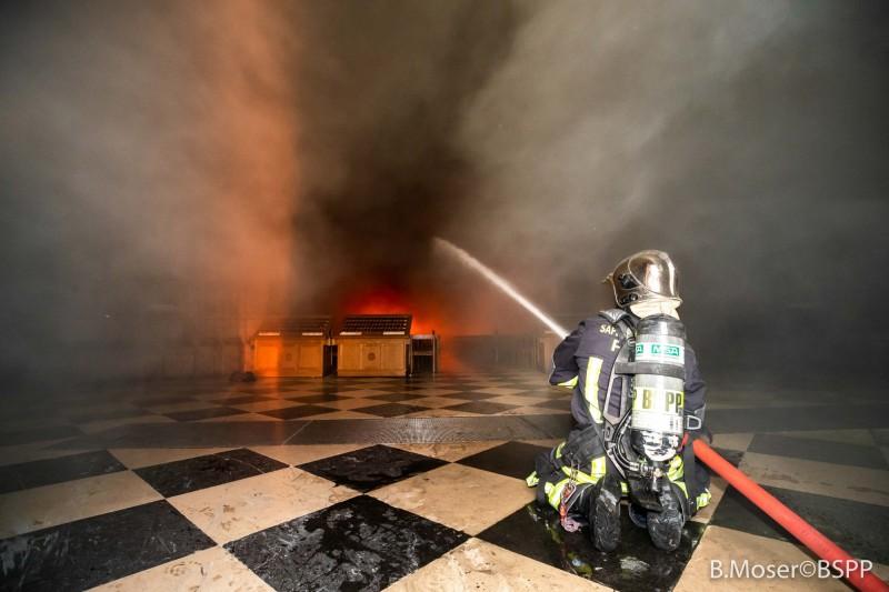 擁有850年歷史的法國巴黎聖母院於15日下午發生大火,火海淹沒了主神像「聖母哀子像」。(歐新社)