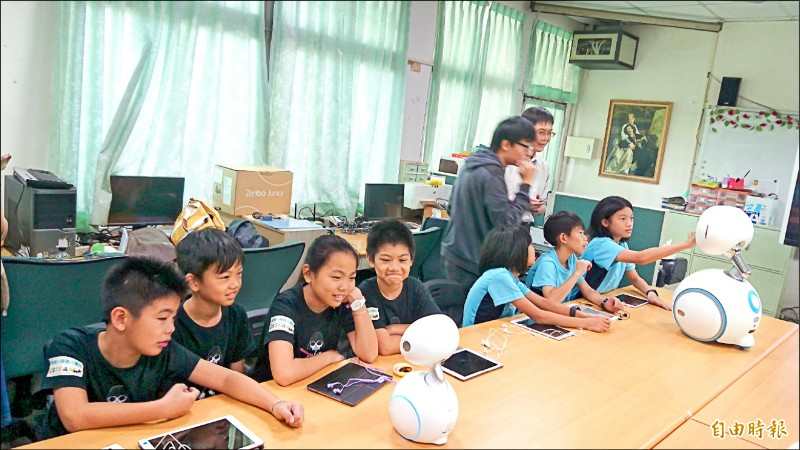 學童與智慧型機器人一起學習英文。(記者劉婉君攝)