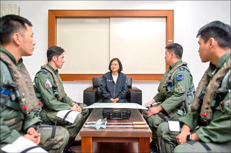 蔡英文總統昨前往澎湖馬公空軍基地慰勉空軍天駒部隊。(總統府提供)