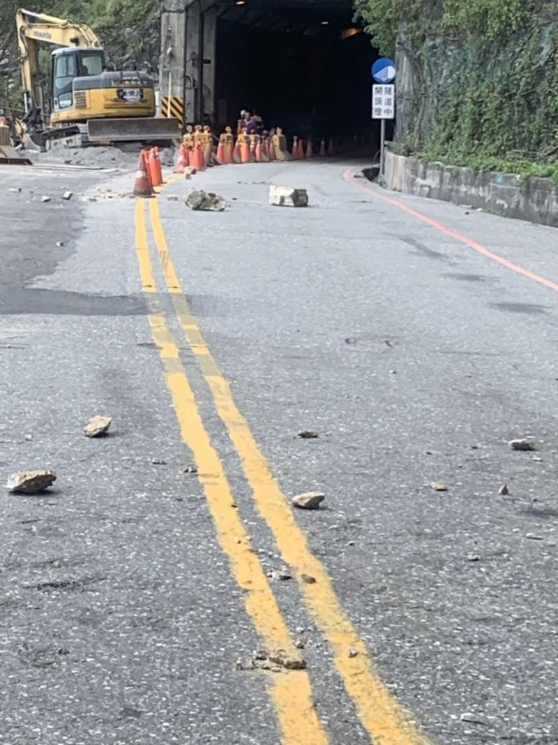 花蓮地震規模6.1 蘇花沿線落石不斷。(記者王峻祺翻攝)