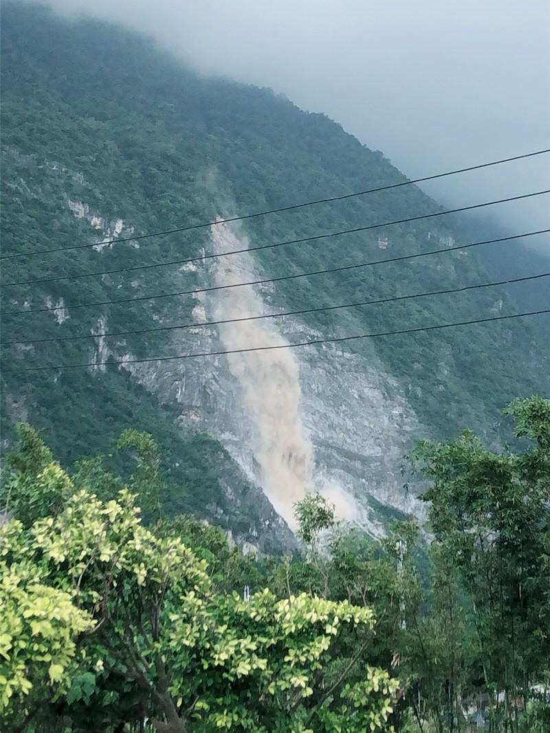 花蓮地震規模6.1,蘇花沿線落石不斷,崇德山區岩壁掉落石。(記者王峻祺翻攝)