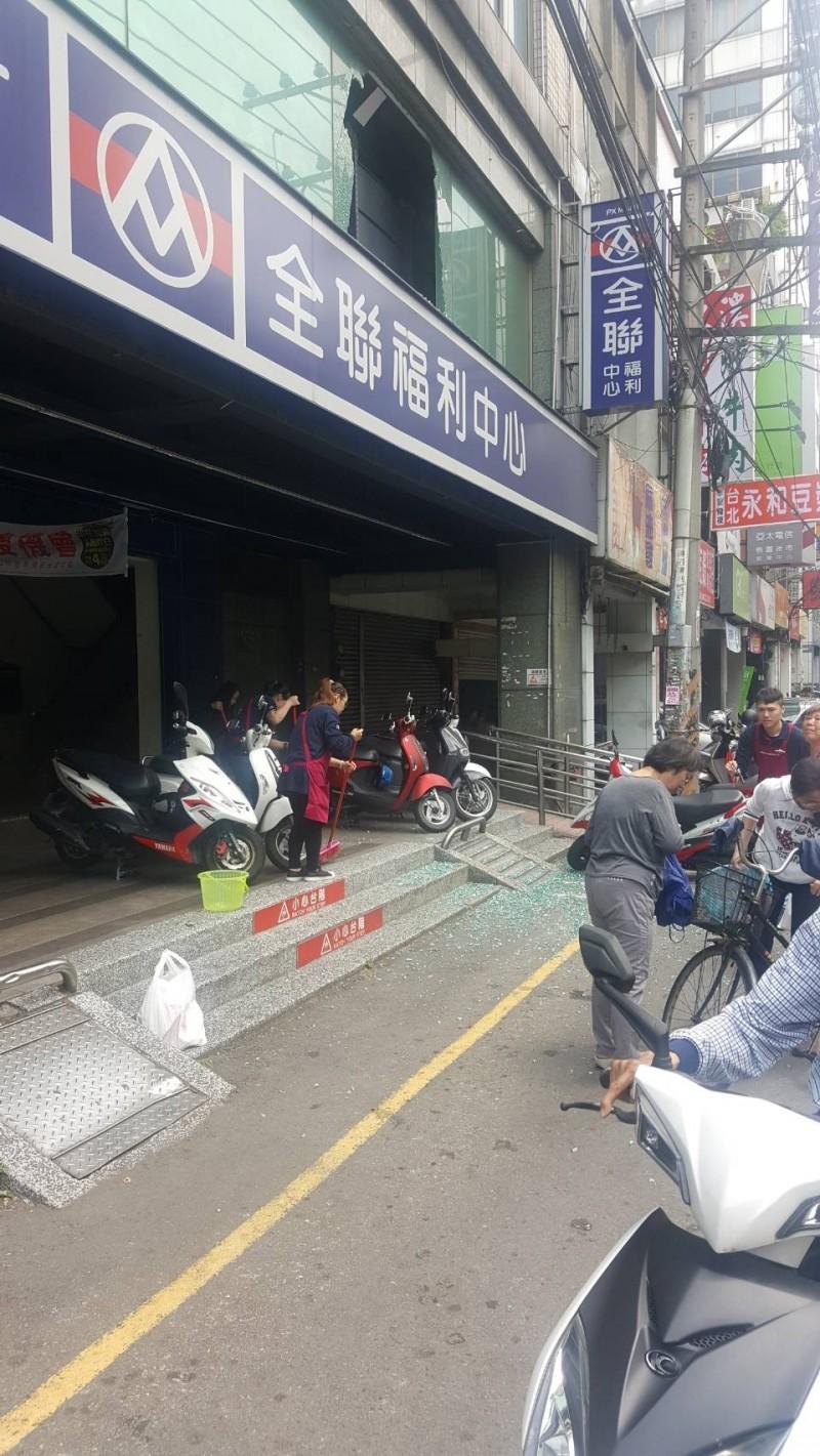 花蓮強震》桃園市中正路全聯賣場2樓玻璃碎裂