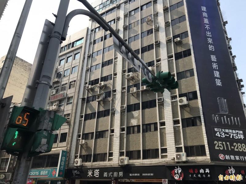 長安東路在今天下午的地震發生之後,傳出大樓傾斜災情。(記者蔡思培攝)