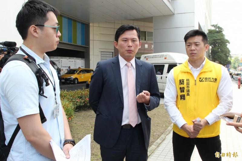 立法委員黃國昌(中)席同桃園市議員簡智翔(右)到桃園市聯新醫院針對違章建築會勘。(記者許倬勛攝)