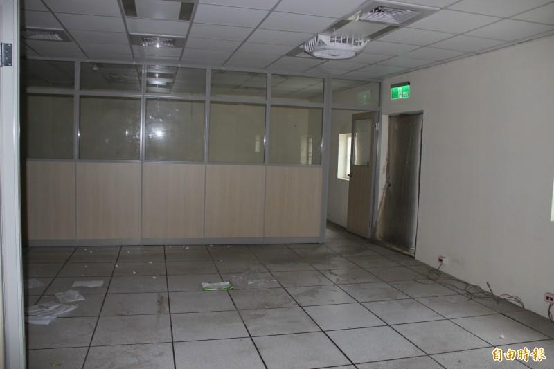 聯新醫院門診大樓12樓搭建鐵皮屋,查報資料坪數與現實情況明顯不符。(記者許倬勛攝)