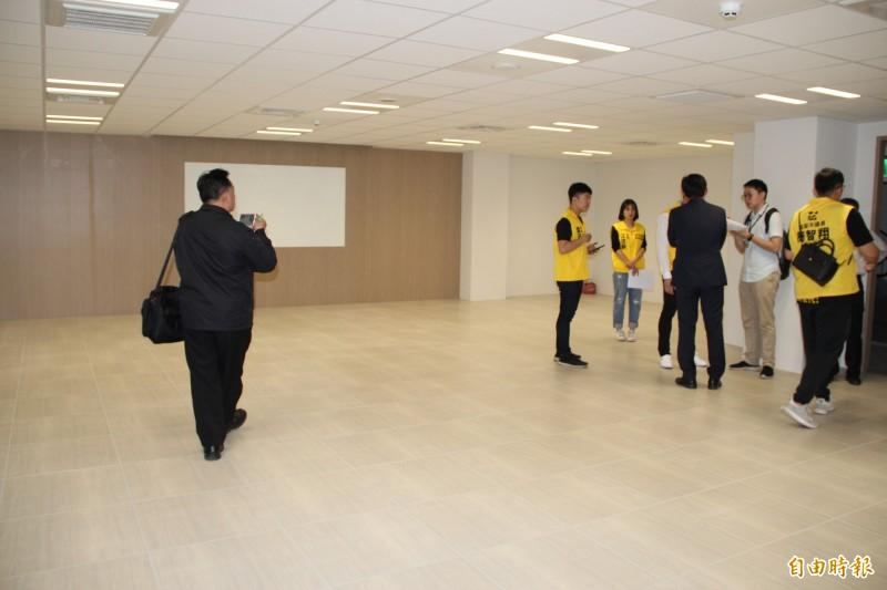 透析大樓地下室有處「會議室」,依照建築物用途概要表,應作為防空避難空間使用,與現況明顯不符。  (記者許倬勛攝)