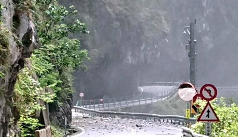 花蓮規模6.1的強震,使得南投縣仁愛山區一度出現落石如雨下的情形。(記者謝介裕翻攝)