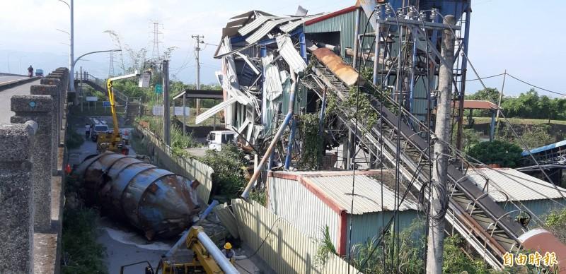 宜蘭縣葫蘆堵大橋往員山方向右側便道,有座水泥儲槽,下午因地震倒塌。(記者江志雄攝)