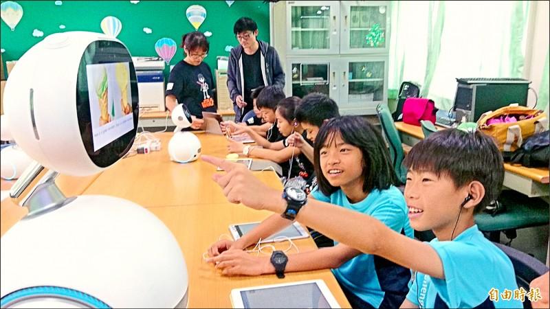 學生們與機器人一同學習英文,對這樣的學習方式感到很有趣。(記者劉婉君攝)