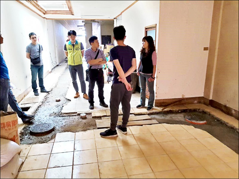 桃園地區污水下水道進行屋內接管工程,有民眾反映整個地板被挖得亂七八糟。(議員李光達提供)