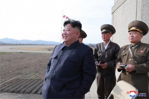 北韓領導人金正恩17日監督新型戰術導向武器試射。(歐新社)