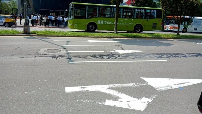 北市松仁路路面被傳出現裂痕,經查證是柏油灑落,被誤傳。(網友提供)