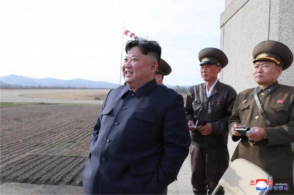 北韓領導人金正恩17日監督新型戰術導向武器試射,此次為今年2月在越南舉行第二次川金會後首次公開進行武器試驗。(歐新社)