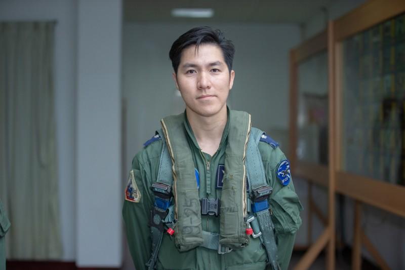 總統府指出,蔣君豪少校15日領隊升空驅離逾越中線的中國軍機。(總統府提供)