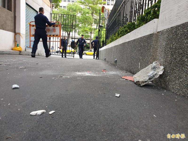 立院車道外牆水泥掉落。(記者陳志曲攝)
