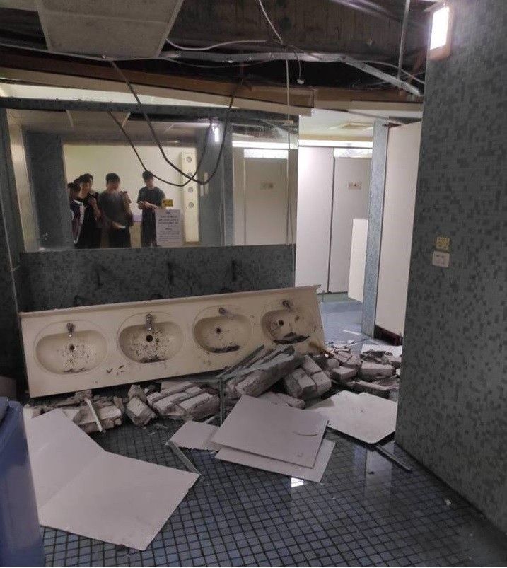 台師大男生宿舍災情嚴重,洗手台應聲倒塌。(擷取自靠北師大)