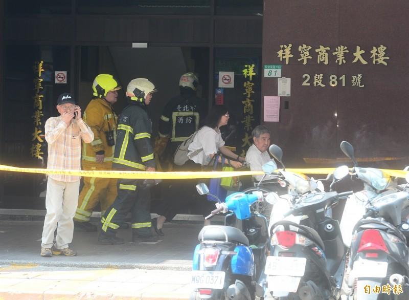 大樓主委站在發起封鎖線的81號大樓外頭,拿起手機講電話。(記者王藝菘攝)