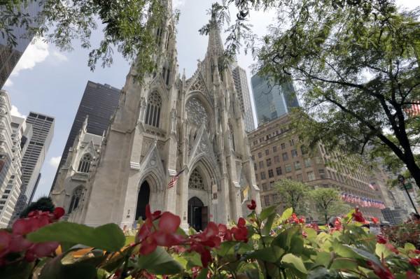 聖派翠克教堂位於紐約曼哈頓的第五大道上,是著名的觀光景點,當地時間18日晚上驚傳竟有男子身帶打火機和汽油試圖闖入。(美聯)
