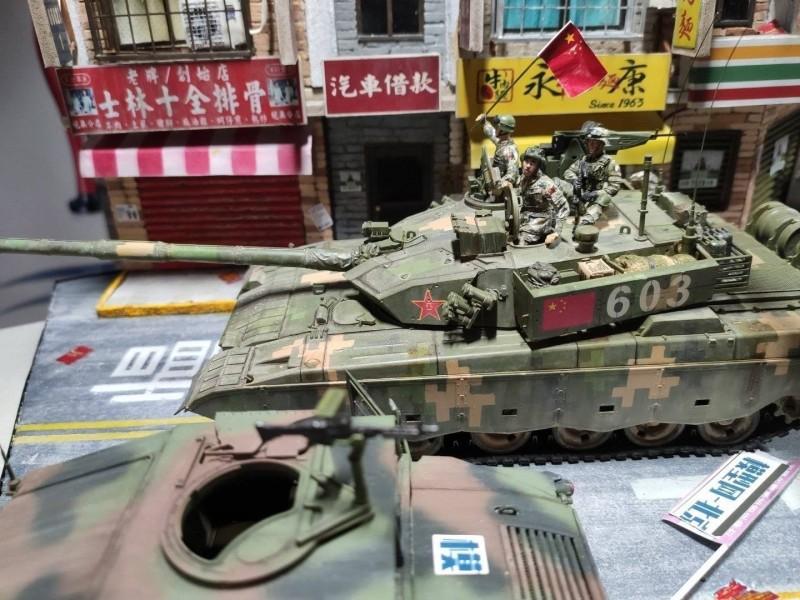 中國解放軍揮舞著五星旗耀武揚威地招搖過市。(圖擷取自「世界特種部隊與軍武資料庫」臉書粉專)