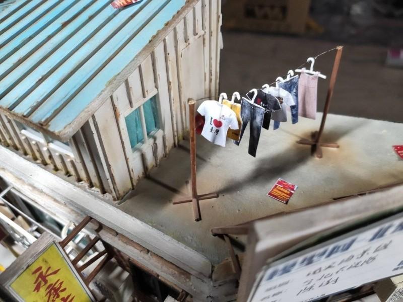 頂樓晾曬的衣服,還有「I❤臺灣」字樣的T恤。(圖擷取自「世界特種部隊與軍武資料庫」臉書粉專)