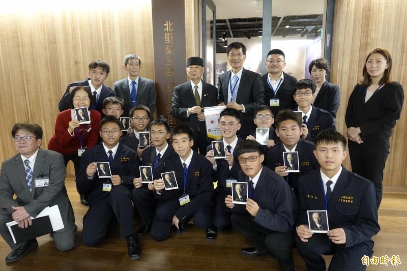 彰中「日本踏查團」學生訪問北里柴三郎紀念館,並拜會諾貝爾醫學獎得主大村智,大村送給每個學生親筆簽名照。(記者林翠儀攝)