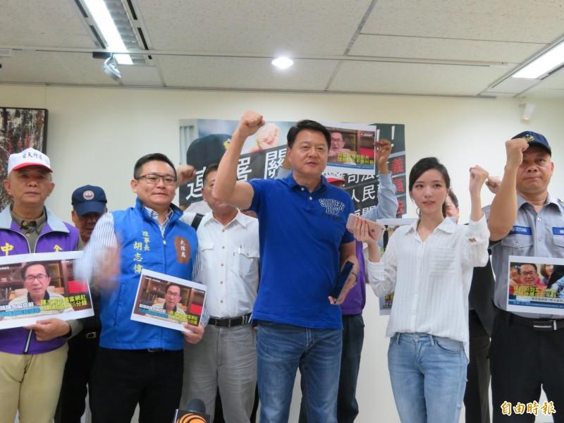 周錫瑋說,他不僅推動連署關阿扁,還要遍地烽火,街頭見。(記者何玉華攝)