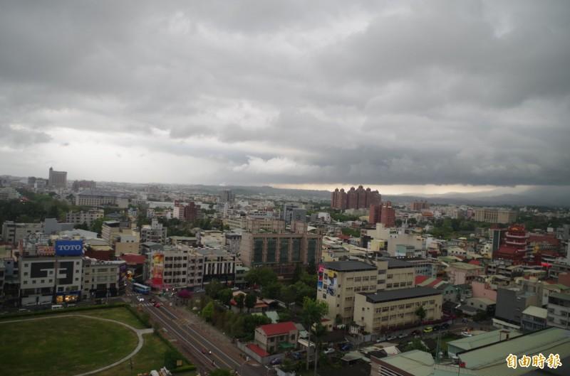 嘉義市今下午2點多烏雲密佈、颳起強風,有網友形容有如颱風天。(記者王善嬿攝)