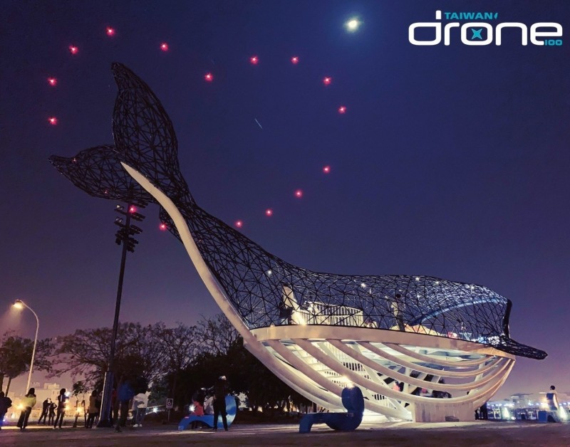 「2019漁光島藝術節」20日晚將有重頭戲,50台無人機群飛表演。圖為安平港濱歷史公園「大魚的祝福」上空的無人機群飛表演。(南市文化局提供)