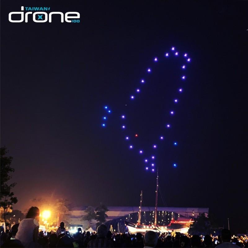 「2019漁光島藝術節」20日晚將有重頭戲,50台無人機群飛表演。圖為安平台灣船園區的無人機表演。(南市文化局提供)